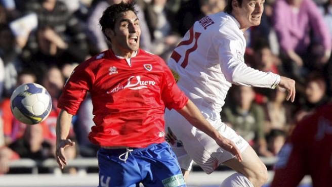 Dimas, defensa del Numancia, y Aduriz, delantero del Mallorca, luchan por el balón.