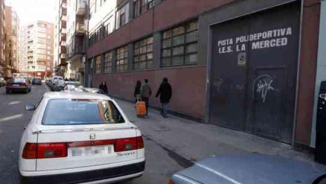 Un coche mal aparcado delante de una salida del instituto La Merced.