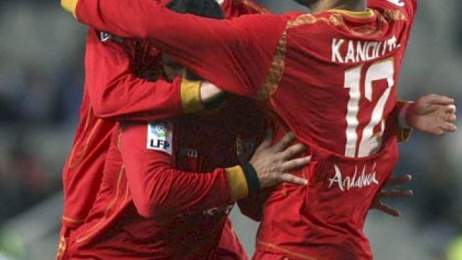 Sébastien Squillaci y Frederic Kanoute celebran uno de los goles para el Sevilla del delantero de Mali.