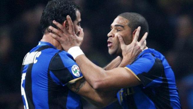 Adriano y Dejan Stankovic, en un partido con el Inter de Milán.