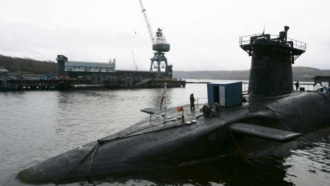 Un soldado de la Marina Real monta guardia en la cubierta del submarino británico HMS Vanguard, accidentado a principios de mes.