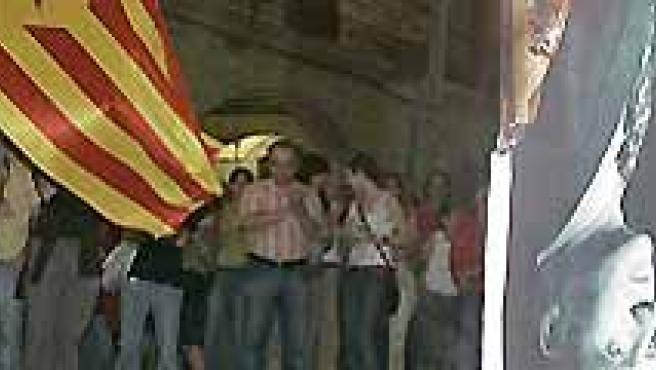 Varias personas queman fotos de los Reyes en Girona(EFE).