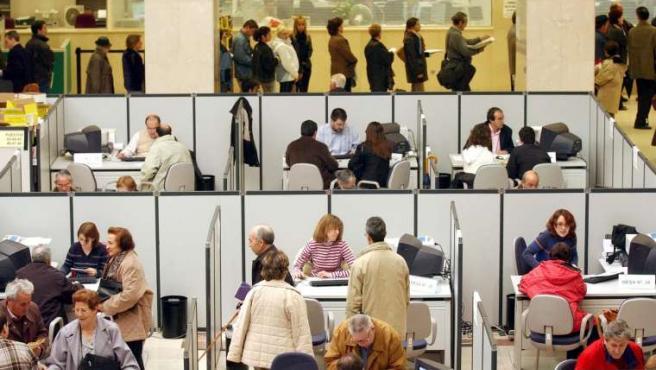 Trabajadores en una oficina, en una imagen de archivo.