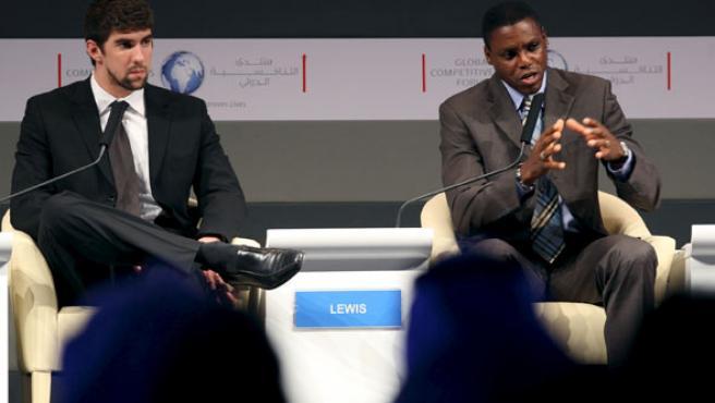 El ex corredor Carl Lewis (dcha) y el nadador Michael Phelps, dos estrellas del deporte estadounidense en una rueda de prensa en Riad(Arabia Saudí).