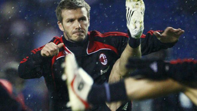 El milanista David Beckham realiza el calentamiento antes de enfrentarse a los Rangers en Glasgow (Escocia).