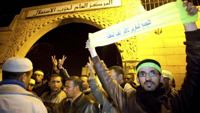 Protesta de jóvenes desempleados en la sede del Partido Istiqlal, en Rabat, Marruecos (Z. GARCÍA / EFE )