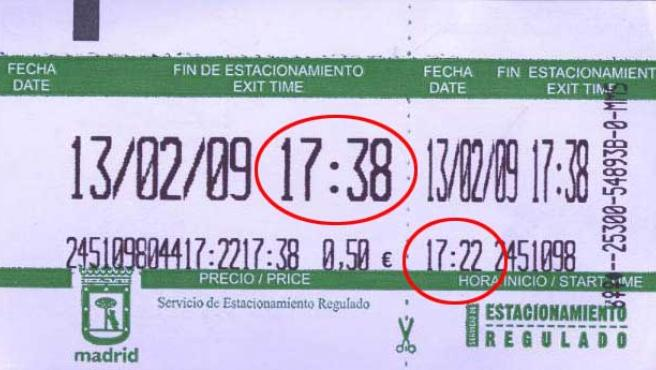 Este ticket refleja menos tiempo de estacionamiento que el abonado. Por 50 céntimos corresponden 20 minutos, pero sólo permite 16: hasta las 17.38 h cuando debería ser hasta las 17.42 h. (AEA)