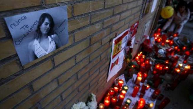 Una fotografía de Marta del Castillo, junto a las velas colocadas frente a su casa en Sevilla, en una imagen de archivo. (REUTERS)