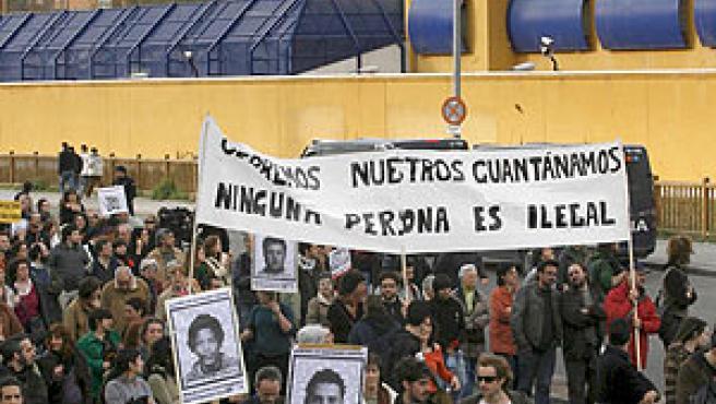 Protesta para pedir el cierre del CIE de Aluche, en Madrid (EFE).