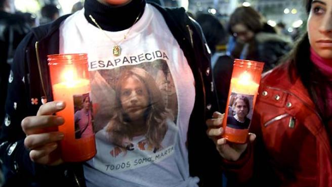 Medio centenar de jóvenes se concentraron este lunes en la Plaza Nueva de Sevilla en recuerdo de Marta del Castillo. (EFE).