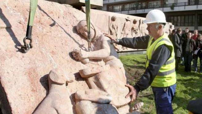 Momento en que un operario empieza a retirar las piezas del monumento dedicado a Primo de Rivera.