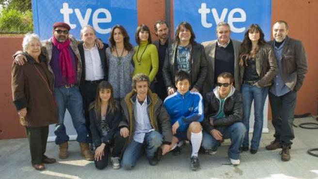 José Corbacho y Juan Cruz flanquean al elenco de la serie. (TVE)