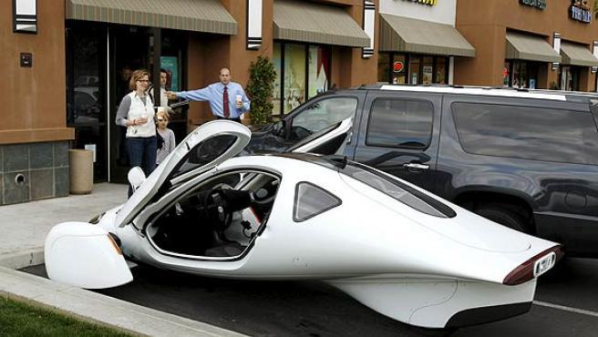 Un vehículo Aptera 2, versión eléctrica, aparcado en Carlsbad, California, Estados Unidos. (REUTERS)