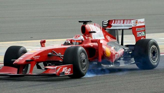 Kimi Raikkonen se entrena con su Ferrari en el circuito de Sakhir, en Bahrein. (EFE)