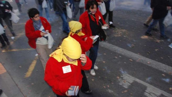 Menores utilizan petardos durante una despertà en las Fallas de Valencia.