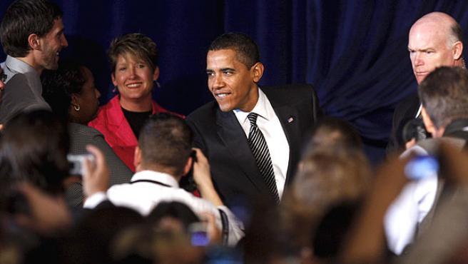 El presidente Barack Obama saluda a los asistentes al acto en Mesa, Arizona. (REUTERS)