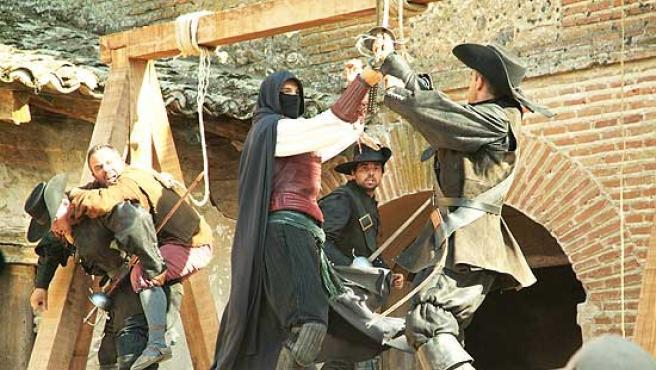 El justiciero Águila Roja se pelea con las fuerzas del comisario.