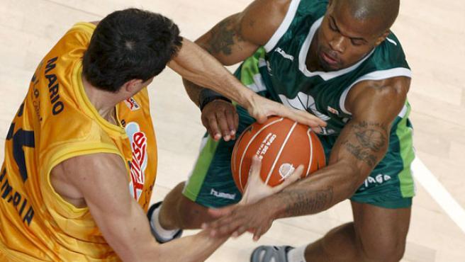 El base estadounidense del Unicaja, Omar Cook, lucha un balón con el base del Kalise Gran Canaria Mario Bruno Fernández.