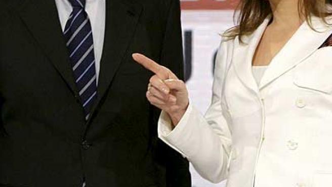 El presidente del Gobierno, José Luis Rodríguez Zapatero, acompañado por la directora de informativos de Antena 3, Gloria Lomana. (EFE)