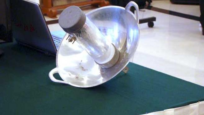 Una 'wajanbólica', la rudimentaria antena wifi ideada en Indonesia a parti del wok típico del país.