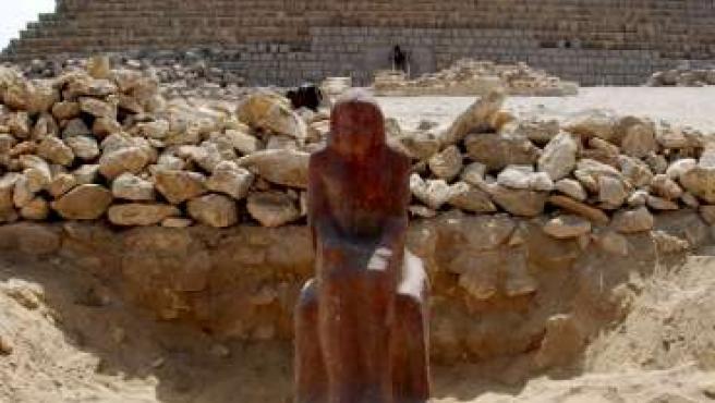 La estatua hallada cerca de las tres pirámides en Guiza. (EFE)