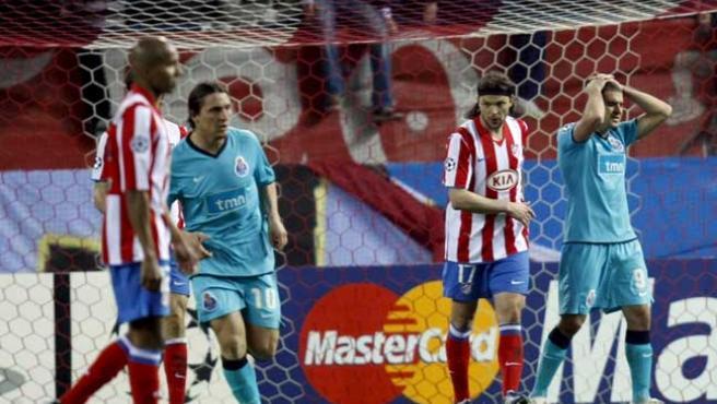 El jugador del Oporto Lisandro se lamenta por su ocasión fallada frente al Atlético de Madrid. (EFE)