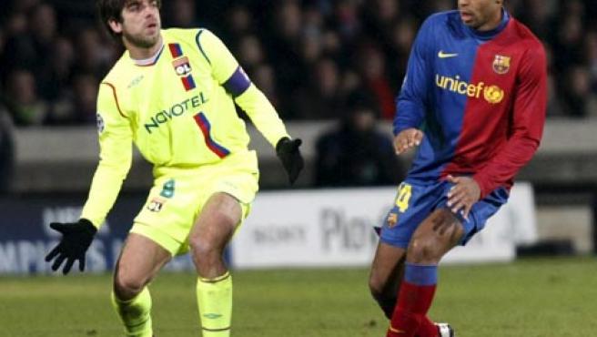 Juninho (i) y Henry (d), autores de los dos goles conseguidos en Lyon. REUTERS)