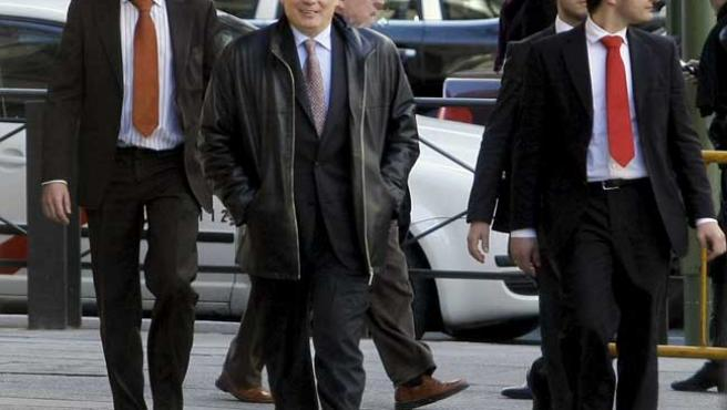 El juez Garzón (c) se dirige hacia la entrada del edificio de la Audiencia Nacional rodeado por sus guardaespaldas. (REUTERS)