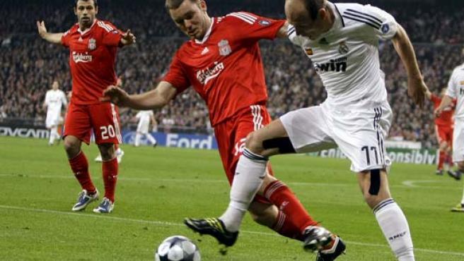 Robben (D) y Fabio Aurelio (I), en un lance del juego. (EFE)