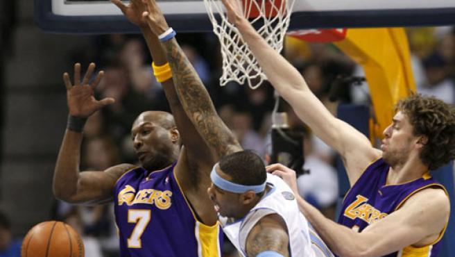 Carmelo Anthony (centro), de Denver Nuggets, pugna con Lamar Odom y Pau Gasol, de Los Angeles Lakers. (REUTERS)