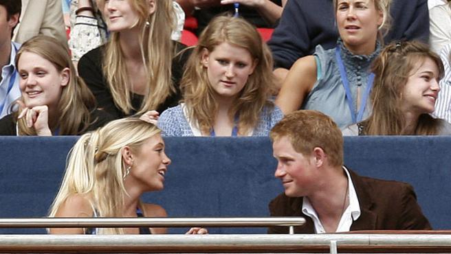 """El príncipe Enrique de Inglaterra y Chelsy Davy conversan durante el """"Concierto para Diana"""", en homenaje a Diana de Gales."""