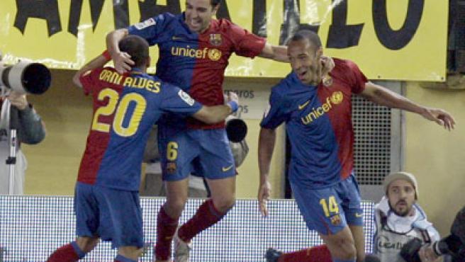 Xavi, Alves y Henry celebran el segundo gol del Barcelona.