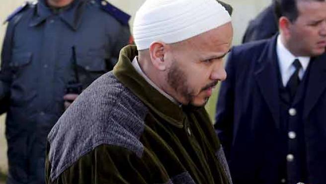 Momento en el que Hasan El Haski era conducido a las dependencias del Tribunal Antiterrorista de Salé. (Zacarías García / EFE).