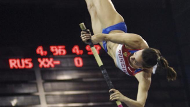 Yelena Isinbayeva ejecuta un salto.