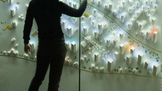 La artista, durante la instalación de su obra.