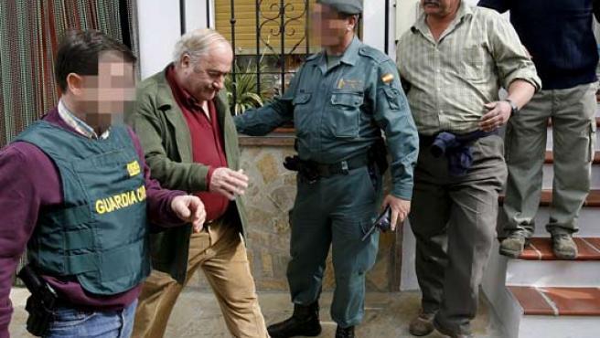 El alcalde de la localidad malagueña de Alcaucín, José Manuel Martín Alba, detenido en su domicilio.