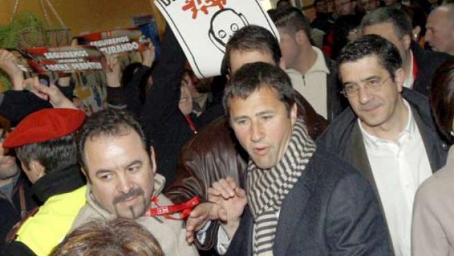 El candidato socialista Patxi López abandona el colegio electoral increpado por nacionalistas. (EFE)