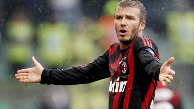 David Beckham protesta una acción en el partido entre el Milan y la Sampdoria.