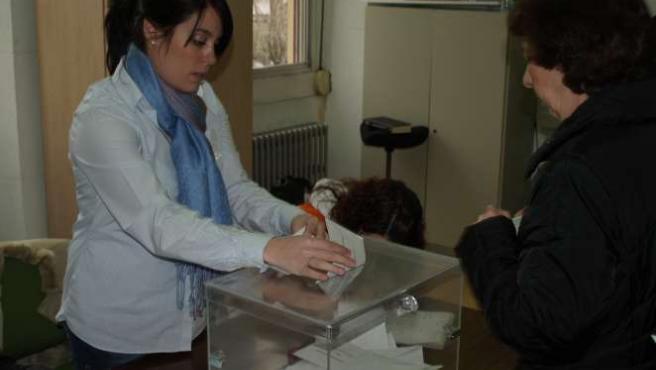 Una votante ejerce su derecho en un colegio electoral de Barakaldo.