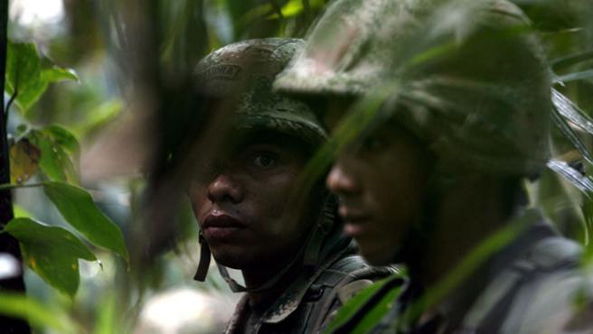 Soldados del Ejército colombiano, en la zona de selva donde han sido halladas las cuevas de las FARC (G. LEGARIA / EFE)