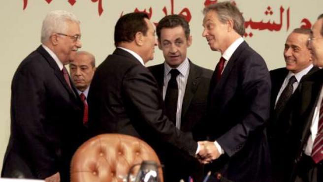 El presidente egipcio, Hosni Mubarak, saluda a Tony Blair, en presencia de Mahmud Abás, Sarkozy y Berlusconi. (EFE)