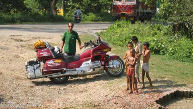 Ramón Costa en una carretera de la India. Costa emprendió en julio de 2004 un viaje por 33 países en una Goldwing 1520 cc, que duró casi tres años.