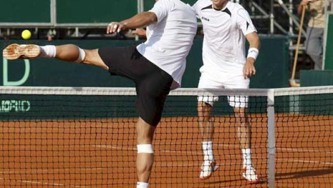 Rafa Nadal (i) y Feliciano López, durante el primer entrenamiento en las instalaciones de la Copa Davis en Benidorm (Efe).