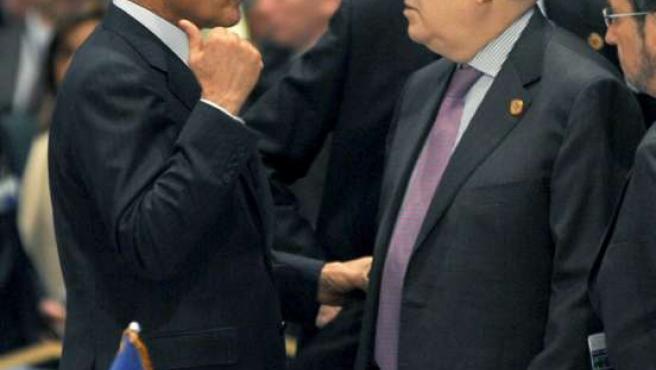 Miguel Ángel Moratinos, conversa con su homólogo egipcio, Ahmed Abul Gheit, antes del comienzo de la Conferencia. (EFE)