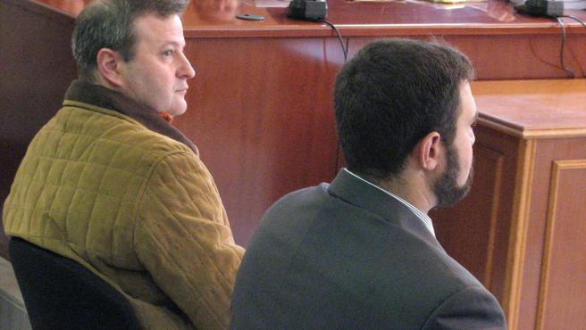 Dos de los procesados acusados de vender libros que justican el Holocausto. (FOTO: ACN)