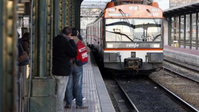 Uno de los trenes regionales a su paso por Valladolid (Archivo).