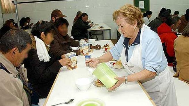Una voluntaria, en el comedor para parados de Móstoles.