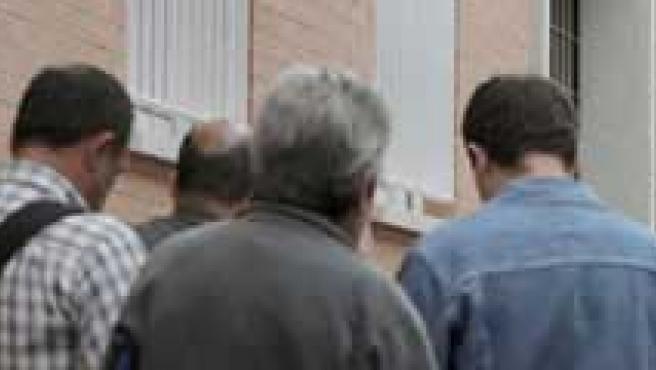 Varias personas hacen cola ante una oficina de empleo (ARCHIVO).