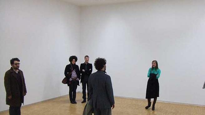 Varios visitantes de la exposición tributo al vacío, en París (BLOG )