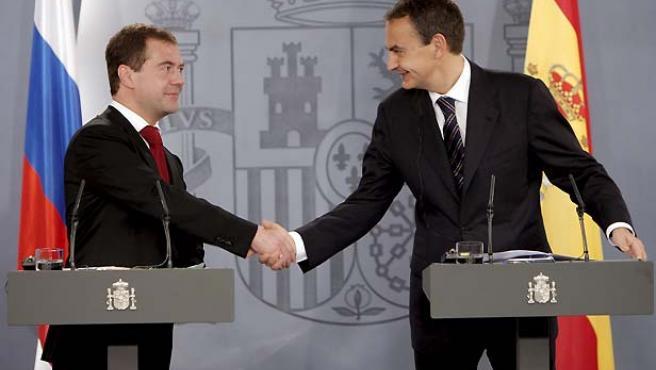 José Luis Rodríguez Zapatero y Dmitri Medvédev, durante la rueda de prensa. (Juanjo Martín / EFE).